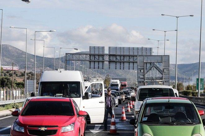 Ακινητοποιημένα οχήματα στην Εθνική Οδό στο ύψος των Μεγάρων