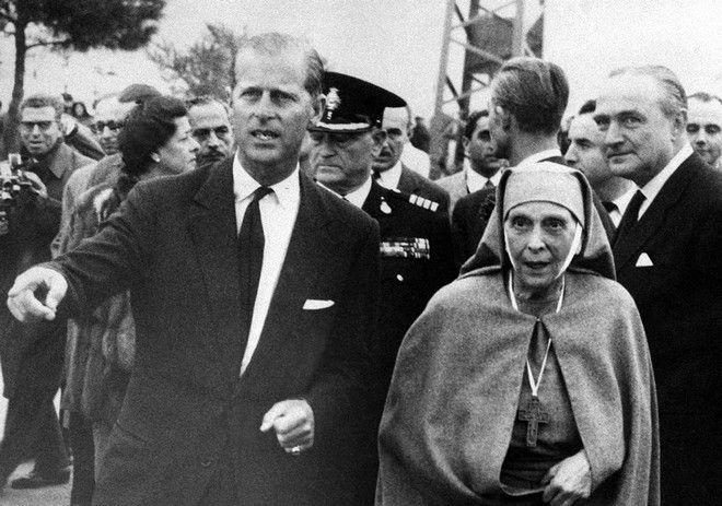 O Πρίγκιπας Φίλιππος με τη μητέρα του, Πριγκίπισσα Αλίκη στις 15/12 του 1961 στο αεροδρόμιο της Αθήνας.