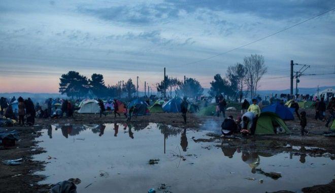 Στο έλεος της βροχής και της λάσπης οι πρόσφυγες στην Ειδομένη
