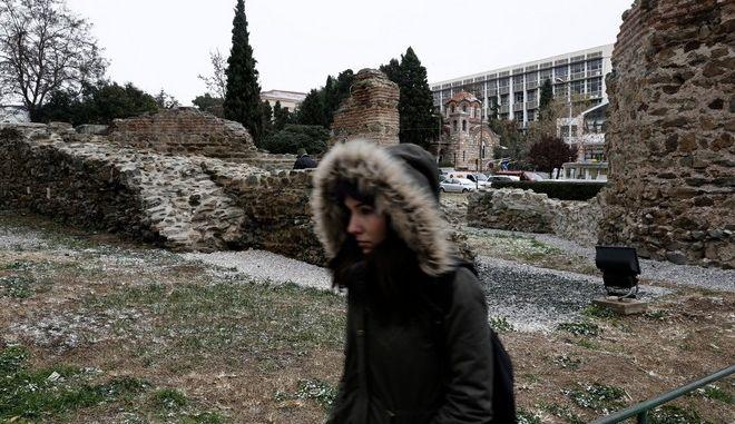 Light snowfall in central Thessaloniki, Greece on January 18 2016. /      , 18  2016.