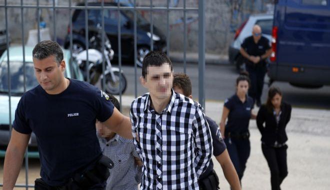 Οι κατηγορουμένοι για την υπόθεση της δολοφονίας και της εξαφάνισης του πτώματος της 4χρόνης Άννυ τον Απριλίο του 2015, ο πατέρας του κοριτσιού Στανισλάβ Μπακαρτζίεβ (γνωστός ως Σάββας), ο φίλος του Νασίφ Αχμέντοφ (Νικολάι) καθώς και η μητέρα του κοριτσιού Δημητρίνα Μπορίσοβα, οδηγούνται στο εδώλιο του Μικτού Ορκωτού Δικαστηρίου της Αθήνας την Τετάρτη 21 Σεπτεμβρίου 2016. (EUROKINISSI/ΣΤΕΛΙΟΣ ΜΙΣΙΝΑΣ)