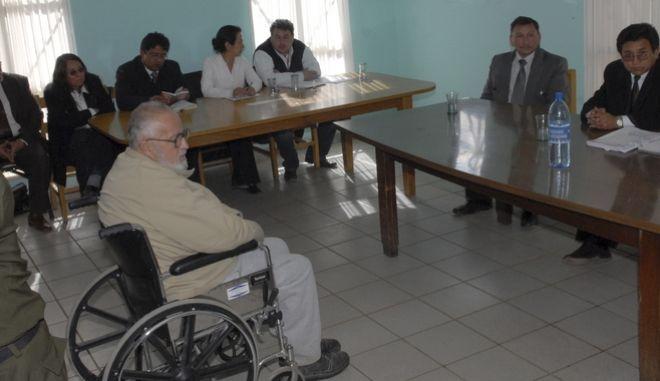 O Λουίς Άρσε Γκόμες στην φυλακή υψίστης ασφαλείας του Chonchocoro, στα προάστια της Paz, ακούει την ποινή του στις 13 Ιουλίου του 2009 μετά την κατηγορία για γενοκτονία και σωρεία από παραβιάσεις ανθρωπίνων δικαιωμάτων. (AP Photo/STR)