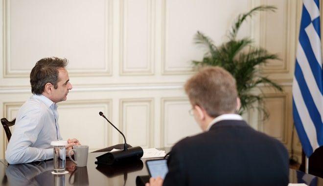 Ο πρωθυπουργός Κυριάκος Μητσοτάκης συμμετέχει σε τηλεδιάσκεψη