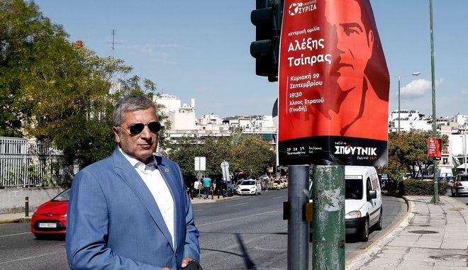 Ο Γιώργος Πατούλης, κάτω από αφίσα του ΣΥΡΙΖΑ (Φωτογραφία αρχείου)