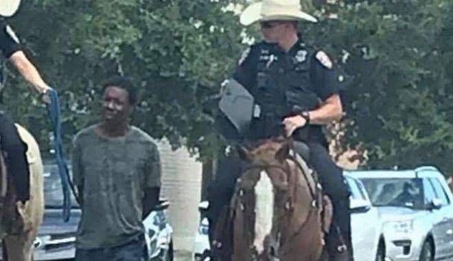 Φρίκη στο Τέξας: Έφιπποι αστυνομικοί έσερναν μαύρο συλληφθέντα με αλυσίδες στο δρόμο