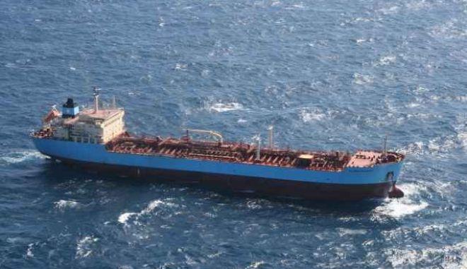 Φορτηγό πλοίο προσάραξε στην Άνδρο -Έχει πάρει κλίση 45 μοιρών