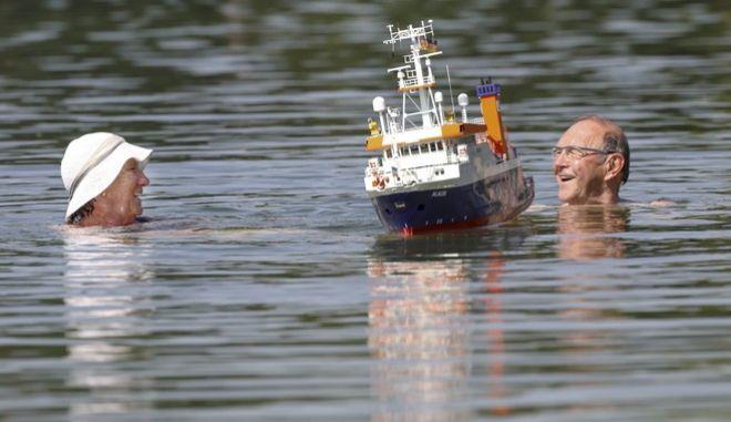 Οι Γερμανοί καταφεύγουν στις λίμνες για να γλιτώσουν τον καύσωνα