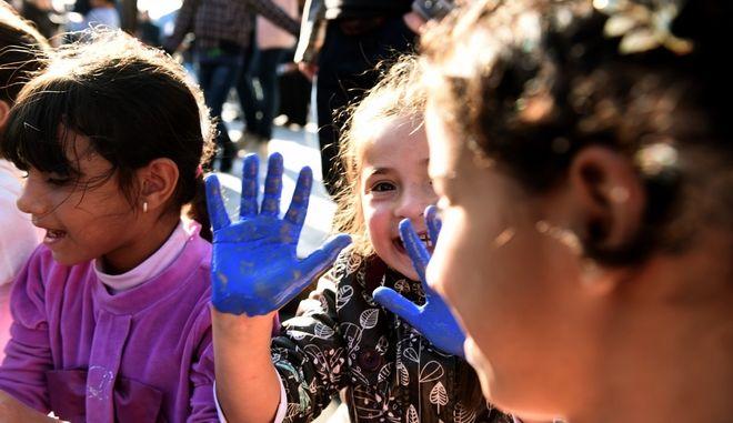 Αντιφασιστικές οργανώσεις,συλλογικότητες και πρωτοβουλίες αλληλέγγυων που βοηθούν του πρόσφυγες,διοργάνωσαν σήμερα το μεσημέρι εκδηλωσεις και παιχνίδια,για τα παιδιά των προσφύγων που για 4η ημέρα πραγματοποιούν απεργία πείνας ζητώντας την επανένωση των οικογενειών τους,Σάββατο 4 Νοεμβρίου 2017 (EUROKINISSI /Τατιάνα Μπόλαρη)