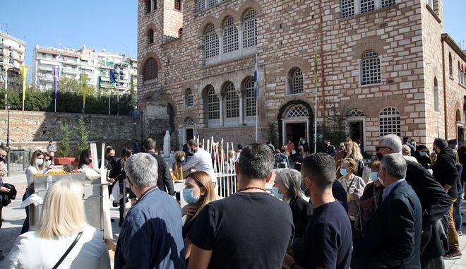 Πιστοί έξω απο τον Αγιο Δημήτριο στη Θεσσαλονίκη.