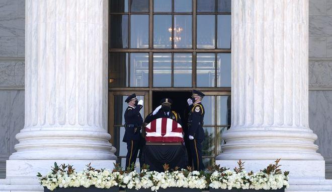 Ύστατο αντίο στην δικαστή Γκίνσμπουργκ, στο Ανώτατο Δικαστήριο των ΗΠΑ.