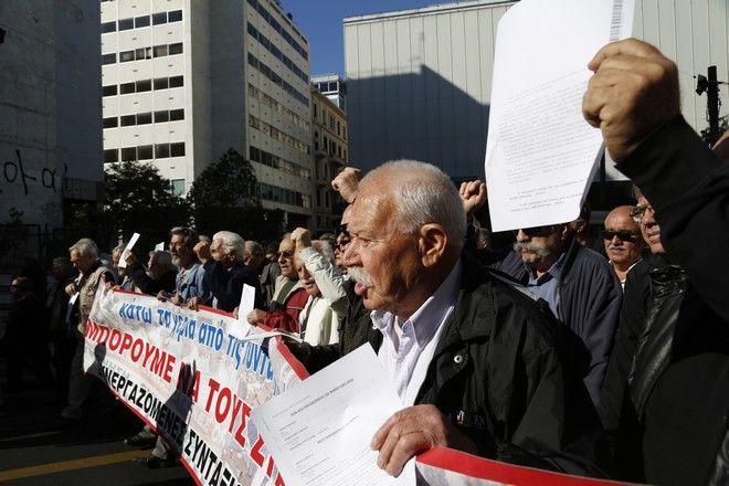 Συγκέντρωση στην πλατεία Κοτζιά και πορεία στο υπουργίο Εργασίας από συνεργαζόμενες συνταξιουχικές οργανώσεις την Πέμπτη 3 Νομεβρίου 2016. Όπως τονίζουν οι συνταξιούχοι συνεχίζουν τον αγώνα τους για