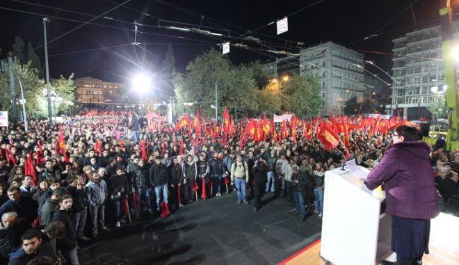 Στιγμιότυπο από την συγκέντρωση του ΚΚΕ στο Σύνταγμα, Παρασκευή 4 Νοεμβρίου 2011, κατά της παροχής ψήφου εμπιστοσύνης στην κυβέρνηση. (EUROKINISSI // ΠΑΝΑΓΟΠΟΥΛΟΥ ΓΕΩΡΓΙΑ)