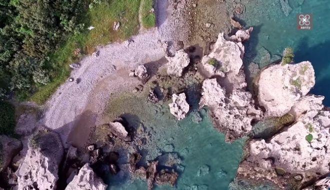 Η κρυφή παραλία-πισίνα δίπλα στην Εθνική Οδό