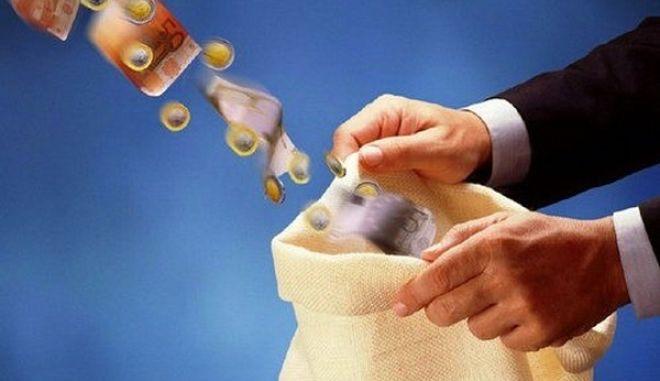 Τράπεζες έβαζαν χέρι στους λογαριασμούς των πελατών τους