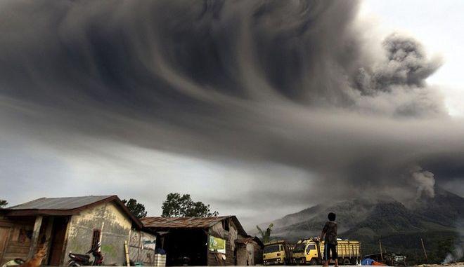 Βίντεο: Η στιγμή της έκρηξης του ηφαιστείου στη Σουμάτρα. Στους 16 οι νεκροί