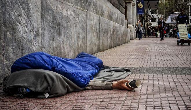 Άστεγος κοιμάται μέσα σε υπνόσακο σε πεζοδρόμιο στην ΑΘήνα. (EUROKINISSI/ΓΙΩΡΓΟΣ ΚΟΝΤΑΡΙΝΗΣ)