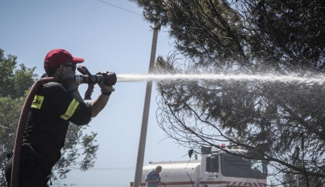 Πυροσβέστης επιχειρεί στην κατάσβεση πυρκαγιάς