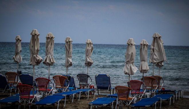 Άδειες παραλίες λόγω κακοκαιρίας