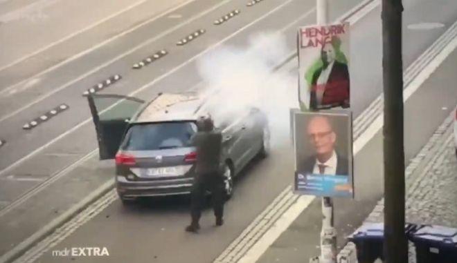 Η στιγμή που ο δράστης πυροβολεί τα θύματα έξω από την συναγωγή στην Γερμανία