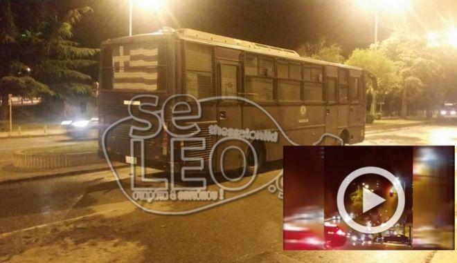 Φθορές σε κλούβα της αστυνομίας προκάλεσε το βράδυ του Σαββάτου η ρίψη άνω των 30 μολότοφ από αγνώστους κατά διμοιρίας των ΜΑΤ, στη συμβολή των οδών Αγίου Δημητρίου και Εθνικής Αμύνης στη Θεσσαλονίκη