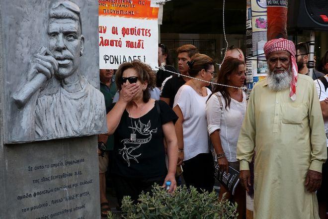 «Ο Παύλος ζει»: Συγκινητική στιγμή με τον πατέρα του Λουκμάν στο μνημείο του Παύλου Φύσσα (Photos)