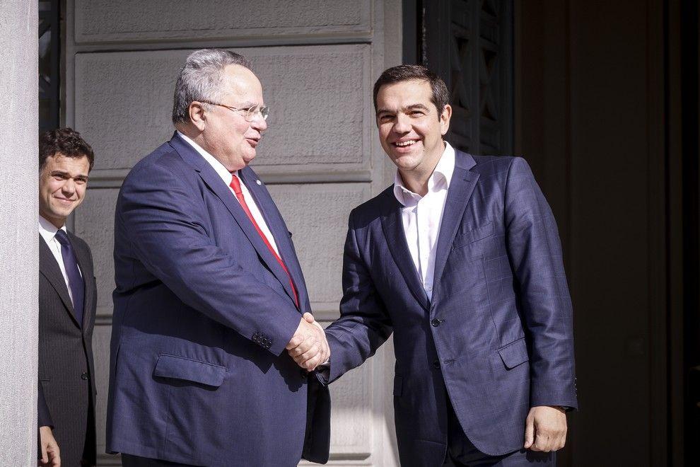 Νίκος Κοτζιάς και Αλέξης Τσίπρας κατά την τελετή παράδωσης-παραλαβής του Υπουργείου Εξωτερικών