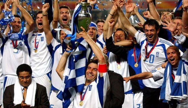 Ο Θοδωρής Ζαγοράκης σηκώνει το Ευρωπαϊκό το 2004 (Φωτογραφία αρχείου)