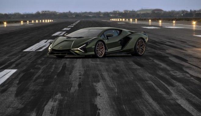 Τρεις εξ αυτών που έχουν συλληφθεί στις ΗΠΑ, για παράνομη αίτηση και λήψη χρημάτων, για την προστασία επιχειρήσεων αγόρασαν Lamborghini.
