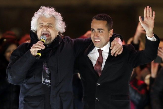Ο Luigi Di Maio (δεξιά) και ο Beppe Grillo (AP Photo/Andrew Medichini)