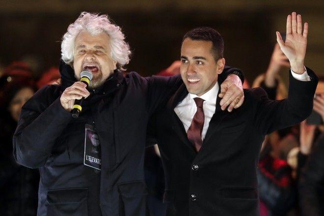 Ο Luigi Di Maio (δεξιά) και ο Beppe Grillo (AP Photo/Andrew Medichini)