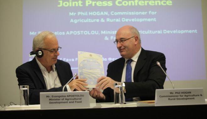 Κοινή συνέντευξη Τύπου από τον αρμόδιο για θέματα Γεωργίας Ευρωπαίο Επίτροπο, Φιλ Χόγκαν και τον υπουργό Αγροτικής Ανάπτυξης, Ευάγγελο Αποστόλου, την Πέμπτη 6 Οκτωβρίου 2016. (EUROKINISSI/ΓΙΑΝΝΗΣ ΠΑΝΑΓΟΠΟΥΛΟΣ)