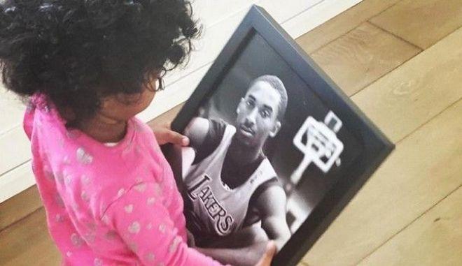 Συγκινητικό: Η 3χρονη κόρη του Κόμπι Μπράιαντ κρατάει φωτογραφία του