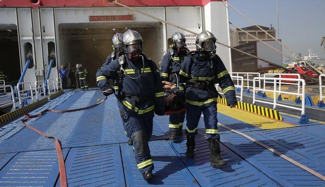 """Άσκηση της πυροσβεστικής υπηρεσίας στο λιμάνι του Πειραιά για την αντιμετώπιση πυρκαγιάς σε πλοίο με την ονομασία """"Αργώ 2018"""". Παρασκευή 27/4/2018"""