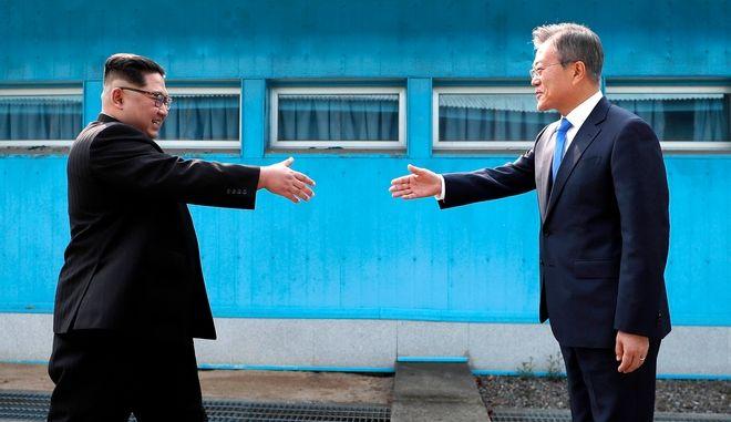 Ο βορειοκορεάτης και ο νοτιοκορεάτης ηγέτης σε μια χειραψία που περνάει στην ιστορία
