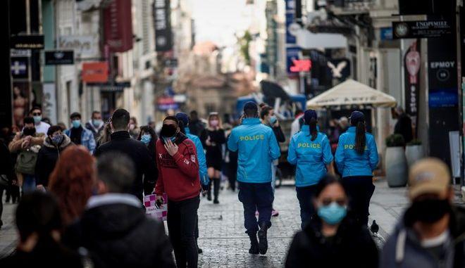 Στιγμιότυπα από την αγοραστική κίνηση στην οδό Ερμού.