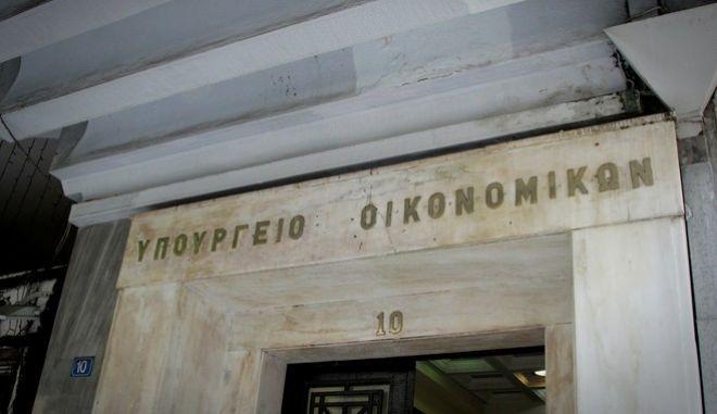 Ο π΄ροεδρος της ΕΣΕΕ Βασίλης Κορκίδης αποχωρεί από το υπουργείο Οικονομικών μετά την σύσκεψη του αναπληρωτή υπουργού Οικονομικών Τρύφωνα Αλεξιάδη με το προεδρείο της Εθνικής Συνομοσπονδίας Ελληνικού Εμπορίου στην οποία συμμετείχαν τόσο ο Γενικός Γραμματέας Δημοσίων Εσόδων Γιώργος Πιτσιλής, όσο και ο Ειδικός Γραμματέας του ΣΔΟΕ Κώστας Χρήστου και αφορούσε την διαδικασία καθιέρωσης ειδικού ακατάσχετου τραπεζικού λογαριασμού για τις επιχειρήσεις, την Τετάρτη 31 Αυγο΄συτου 2016. (EUROKINISSI/ΣΩΤΗΡΗΣ ΔΗΜΗΤΡΟΠΟΥΛΟΣ)