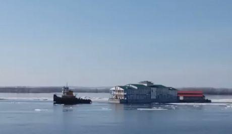 """Όσα παίρνει ο πάγος: Εστιατόριο πηγαίνει """"βόλτα"""" σε ποτάμι"""
