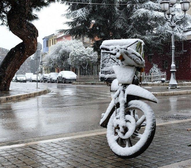 Μηχανάκι καλυμμένο με χιόνια