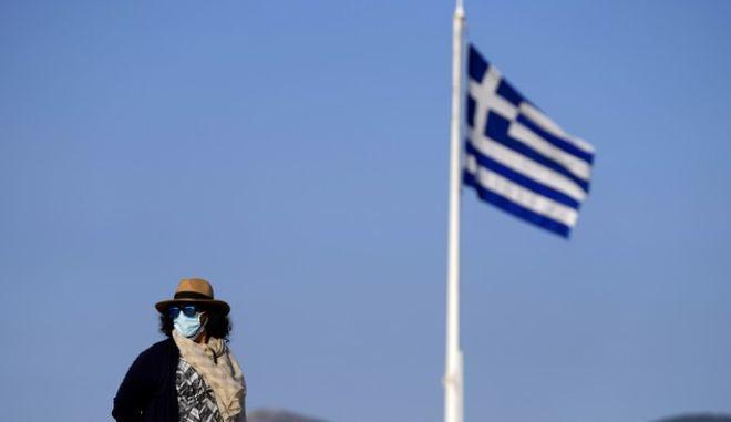 Γυναίκα με μάσκα στην Ακρόπολη