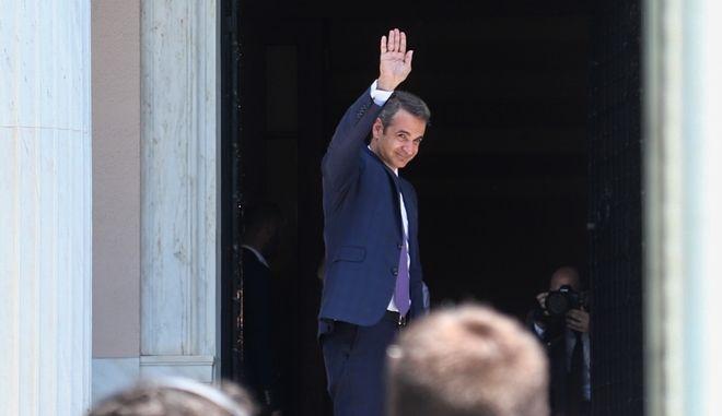 Ο πρωθυπουργός Κυριάκος Μητσοτάκης χαιρετά έξω από το Μέγαρο Μαξίμου