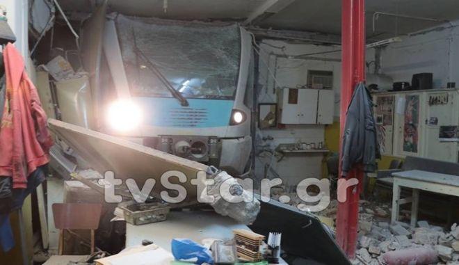 Λαμία: Τρένο έπεσε σε αποθήκη - Το έβαλε στα πόδια ο μηχανοδηγός