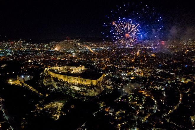 Πρωτοχρονιά: Πώς υποδέχτηκε η Ελλάδα το 2021- Πυροτεχνήματα έκαναν τη νύχτα μέρα