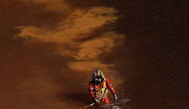 Στιγμιότυπο από τις έρευνες στην κόκκινη λίμνη στο Μιτσερό