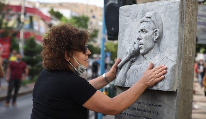 Η Μάγδα Φύσσα στο μνημείο του γιου της, Παύλου, 8 χρόνια μετά τη δολοφονία του