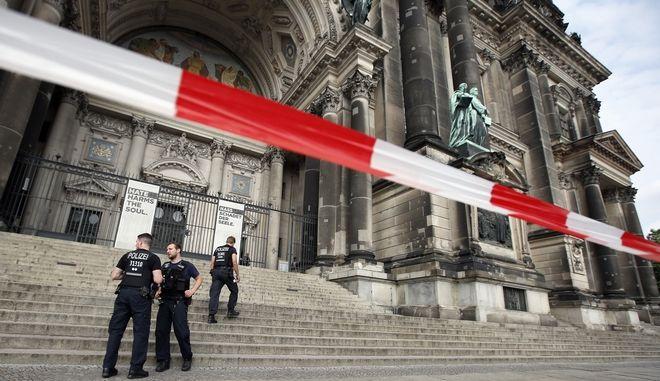 Αστυνομικοί έχουν αποκλείσει τον καθεδρικό ναό του Βερολίνου