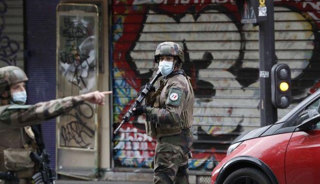 Γάλλοι στρατιώτες στο σημείο της επίθεσης κοντά στα παλιά γραφεία του Charlie Hebdo,που είχε ως αποτέλεσμα τον τραυματισμό 4 ανθρώπων.