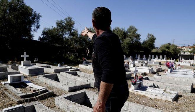Στιγμιότυπα από το νεκροταφείο των προσφύγων στον Αγ.Παντελεήμονα.Το τέλος της διαδρομής για εκατοντάδες πρόσφυγες που στην προσπάθειά τους να ξεφύγουν από τον πόλεμο διασχίζοντας την θάλασσα,δεν τα κατάφεραν.Στους περισσότερους ταφους δεν υπάρχουν ονόματα.Σε κάποιους άλλους υπάρχει ένα λουλούδι που έχει πια ξεραθεί,ή ένα παιχνίδι,για να συνοδεύεσει σε μια καλύτερη ζωή ένα παιδί που δεν πρόλαβε να μεγαλώσει.Ο Χρήστος Μαυραχείλης είναι αυτός που φροντίζει το νεκροταφείο και αυτούς τους ανθρώπους που κατέληξαν εδώ,Παρασκευή 15 Απριλίου 2016 (EUROKINISSI/ΣΤΕΛΙΟΣ ΜΙΣΙΝΑΣ)