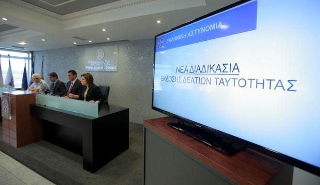 Ο υπουργός Δημόσιας Τάξης και Προστασίας του Πολίτη, Βασίλης Κικίλιας και ο υπουργός Διοικητικής Μεταρρύθμισης και Ηλεκτρονικής Διακυβέρνησης, Κυριάκος Μητσοτάκης, στην παρουσιάση του νέου συστήματος έκδοσης αστυνομικής ταυτότητας την Τετάρτη, 10 Σεπτεμβρίου 2014. (EUROKINISSI/ΚΩΣΤΑΣ ΚΑΤΩΜΕΡΗΣ)