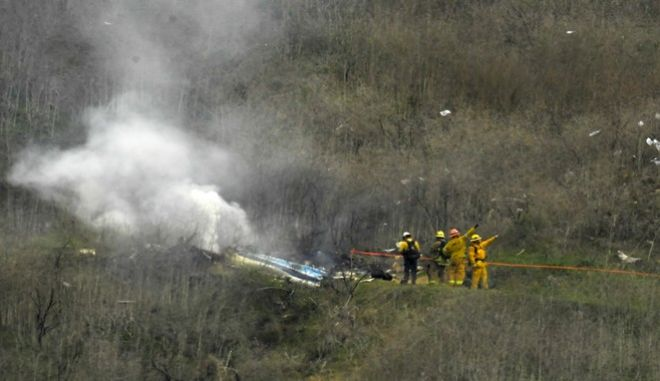 Πυροσβέστες στο σημείο της πτώσης του ελικοπτέρου