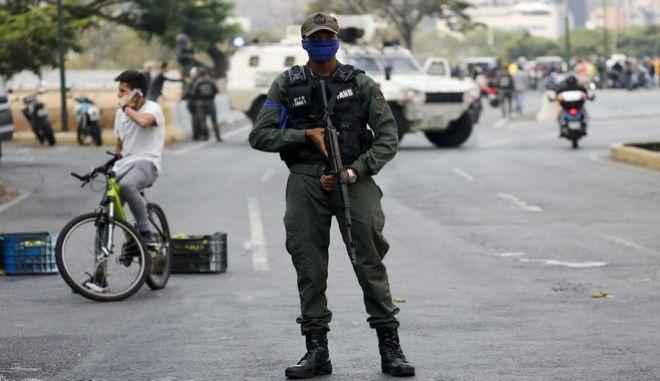 Στρατιώτης στο Καράκας μετά το κάλεσμα του ηγέτη της αντιπολίτευσης Χουάν Γκουαϊδό για πραξικόπημα